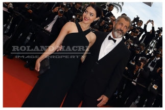 Mel Gibson and Rossalind Ross attends the Closing Ceremony of the 69th annual Cannes Film Festival at the Palais des Festivals | Mel Gibson et Rossalind Ross assistent à la cérémonie de clôture du Festival de Cannes au Palais des Festivals