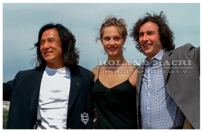 Chinese actor Jackie Chan , Belgian actress Cecile de France and British actor Steve Coogan pose for photographers during a photocall on the beach to promote their film 'Around the world in 80 days' during the 56th Cannes film festival 18 May 2003. | L'acteur chinois Jackie Chan , l'actrice belge Cécile de France et acteur britannique Steve Coogan posent pour les photographes au cours d'un photocall sur la plage pour promouvoir leur film « Around the world in 80 days » lors du 56e festival de Cannes le 18 mai 2003.
