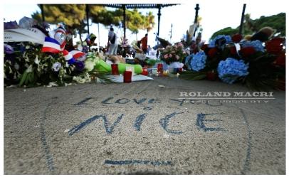 One month today, Nice pays tribute to the victims of the bombing of July 14 with a coward of dove on the promenade des Anglais. | Un mois jour pour jour, Nice rend hommage au victimes de l'attentat du 14 juillet, avec un laché de Colombe sur la promenade des Anglais.